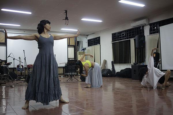 contemporary dance performance by Tri Prasetyaningtyas, Truly Rizki Ananda, and Kshanti Aisyah Kendana of Namarina